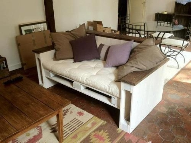 25 pallet sofa design ideas to recycle your unused pallets for Sofa table made from pallets