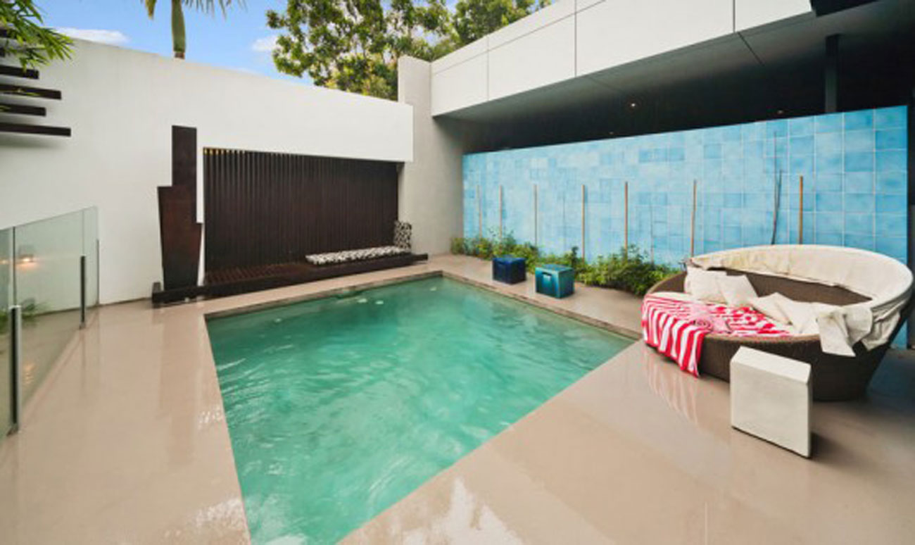 24 small pool ideas to turn your small backyard into for Casas minimalistas con jardin