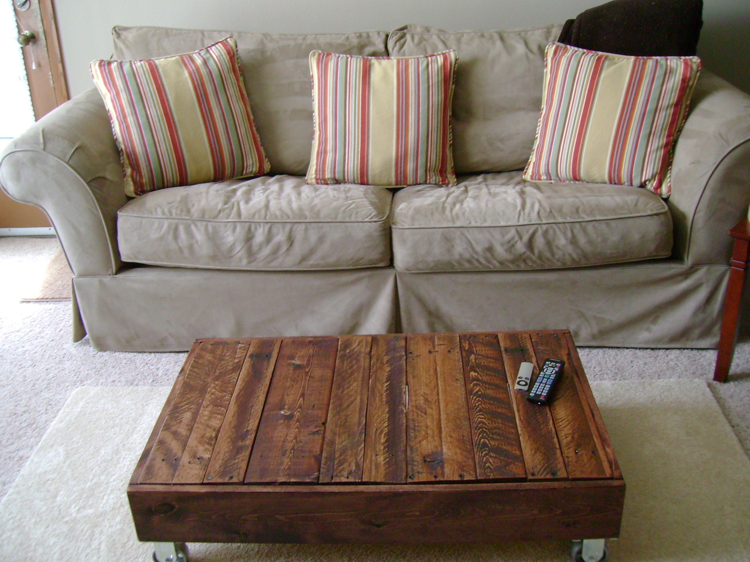 Simple low cost diy brown wooden pallet coffee table
