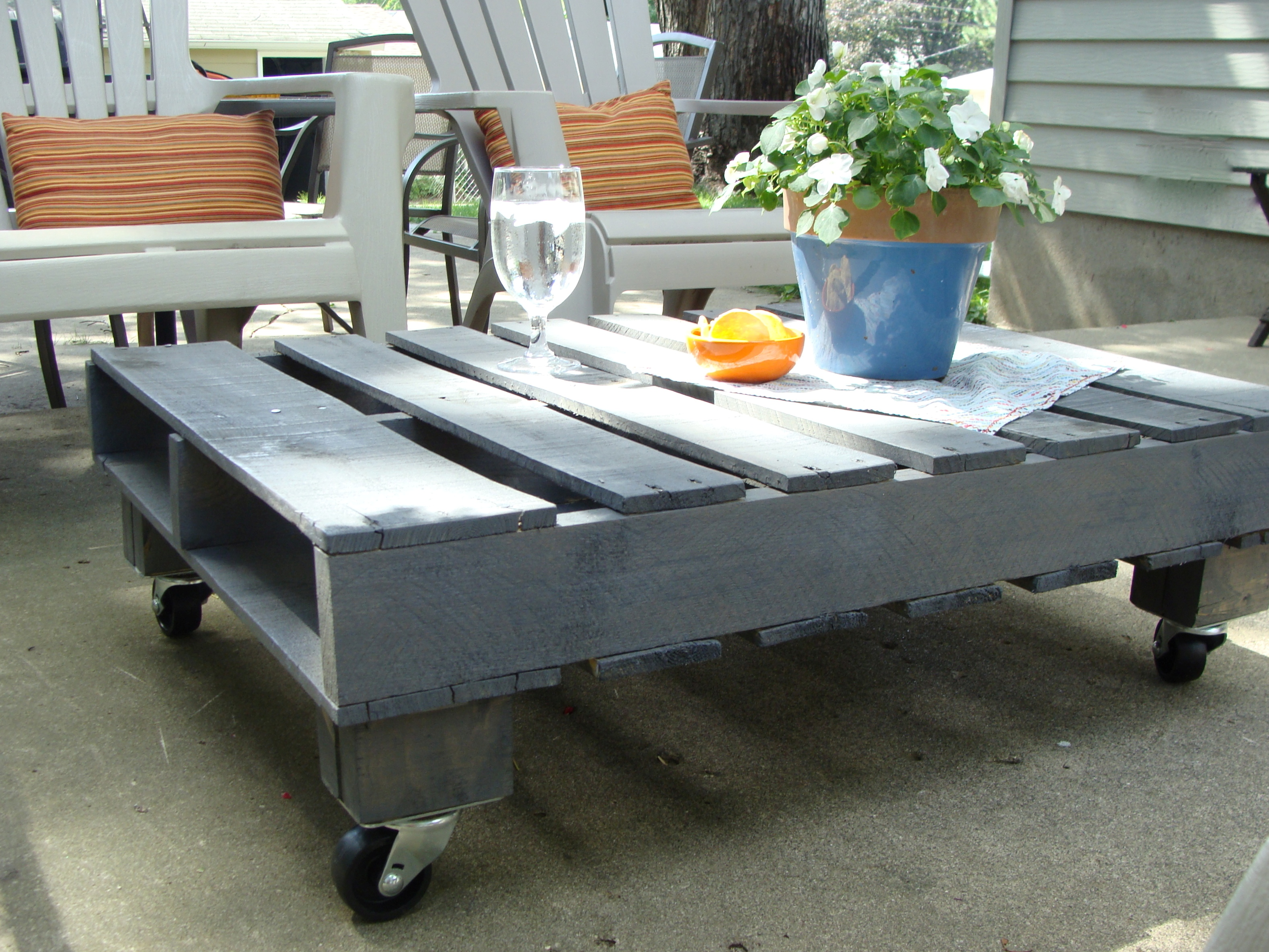 Stunning cool outdoor Pallet Coffee Table