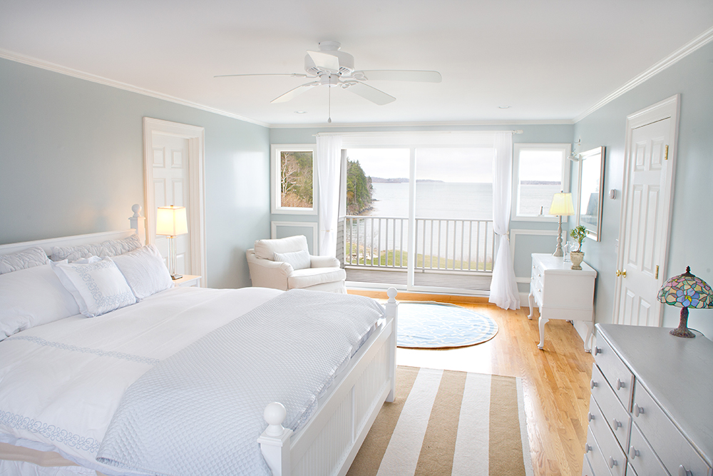 Perfect coastal room idea with white bedroom furniture